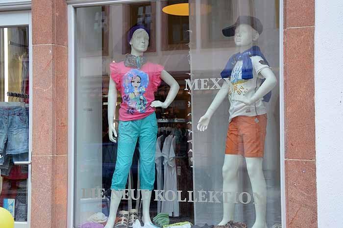Kindermode und Damenmode der Firma MEXX